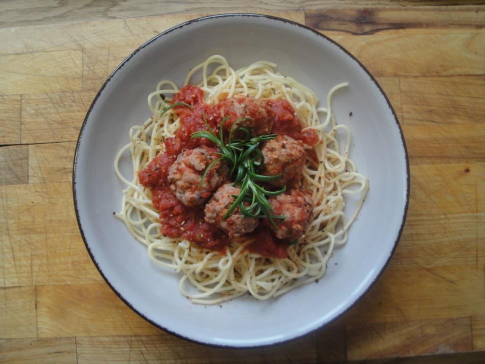 Köttbullar i en tomatsås med pasta