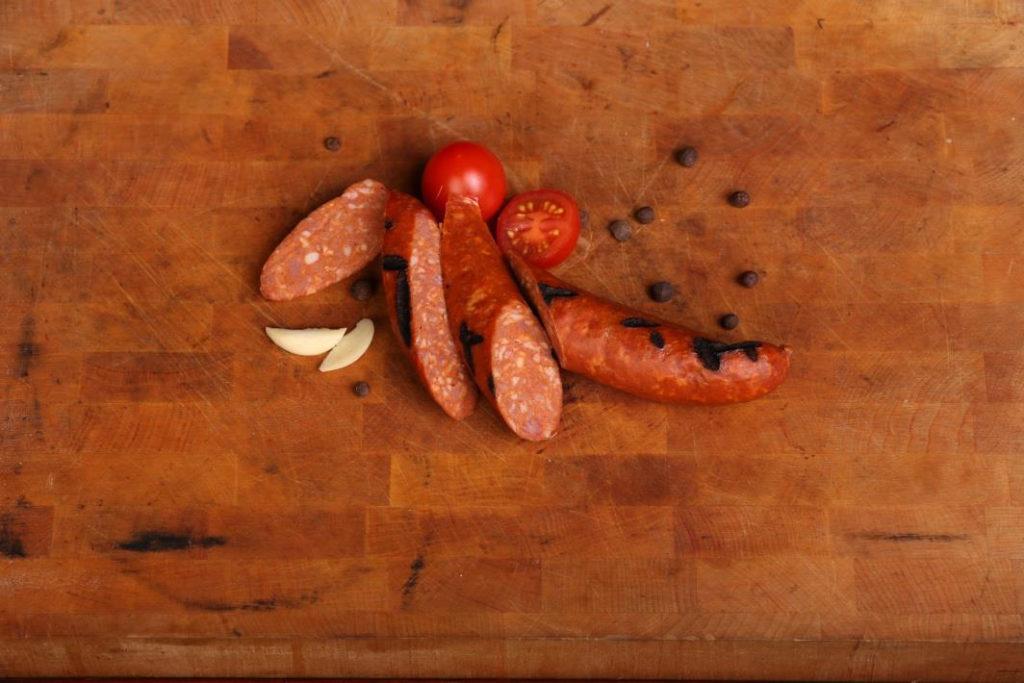 Korv och tomat på en bricka